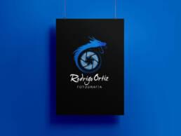 Diseño de logotipo profesional y aplicación en página web de Rodrigo Ortiz, fotógrafo especializado en fotografía de moda y de conciertos.