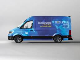Diseño de rotulación de vehículo corporativo y del claim publicitario. Aplicación del vinilo en la parte lateral de la furgoneta de la empresa Teknoglass.