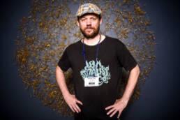 Retrato fotográfico de Dani Orviz poeta, slammer, showman y presentador de Deslenguados de TVE2 en la sala Carme Teatre durante el festival de poesía de Valencia Vociferio.