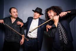 Vociferio | Fotografía Retrato del grupo musical español Mansilla y los espías formado por el escritor Fernando Mansilla y los músicos Daniel Abad contrabajista y Jasio Velasco viola, realizado por Demian Ortiz.
