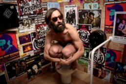 Fotografía de retrato editorial del músico y escritor David Sarrión cantante del grupo Clacowsky en los baños de La Cachorra Ye-Yé.
