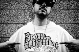 Fotografía de retrato editorial del músico de rap Mitsuruggy, del colectivo de Madrid UglyWorkz