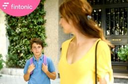 Fotografía publicitaria de los protagonistas del anuncio de Fintonic ´Va al colegio con una mochila de hace 27 años´ .