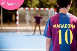 Fotografía publicitaria de los protagonistas del anuncio de Fintonic ´Su camiseta de fútbol tiene más de 35 años´.