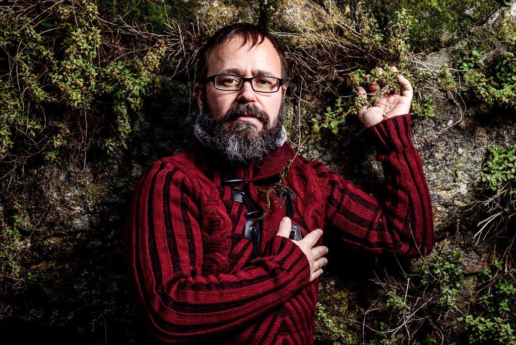Retrato fotográfico del poeta gallego Carlos Da Aira realizado por el fotógrafo Demian Ortiz en el festival de poesía Voces del Extremo Valle del Jerte 2018.